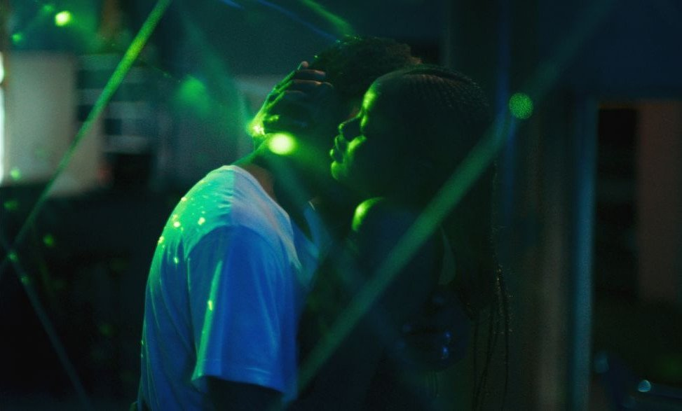 atlantique-2019-002-couple-neon-street-embrace_0